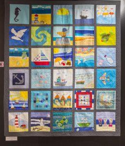 Patchworkowa praca zbiorowa. Kolorowe obrazki związane z morzem.