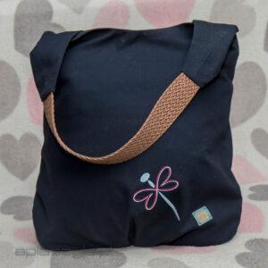 Granatowa torba z materiału, z paskiem z brązowego plecionego paska ze sznurków.