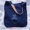 Granatowa torba na ramię w kształcie worka. Duża torba z napisem, nie jestem dziwna, jestem edycja limitowana