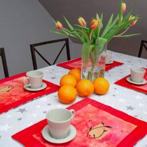 Stół z czerwonymi podkładkami
